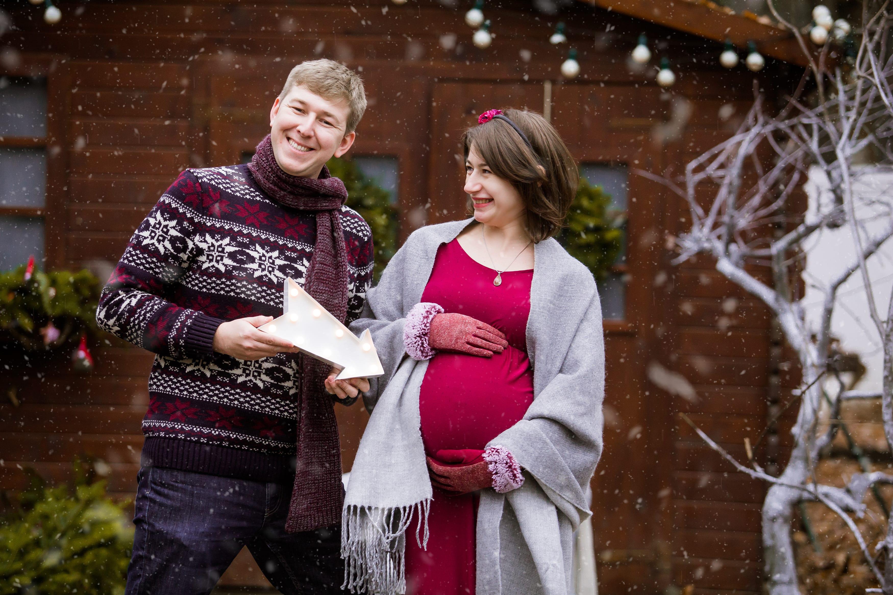 Babybauch Shooting im eigenen Garten mit Ehemann