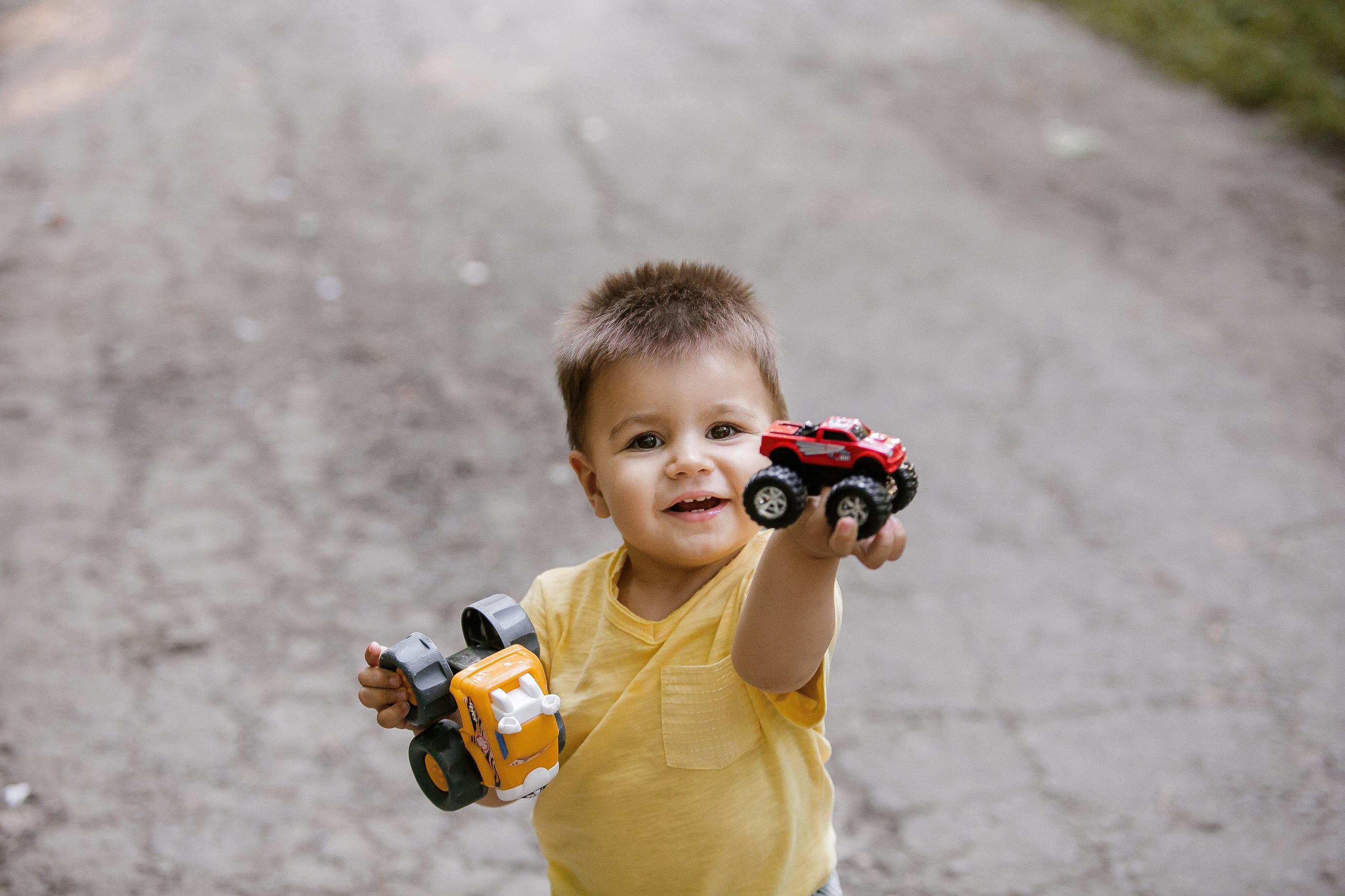 Junge mit Spielzeug Outdoor Fotografie Berlin