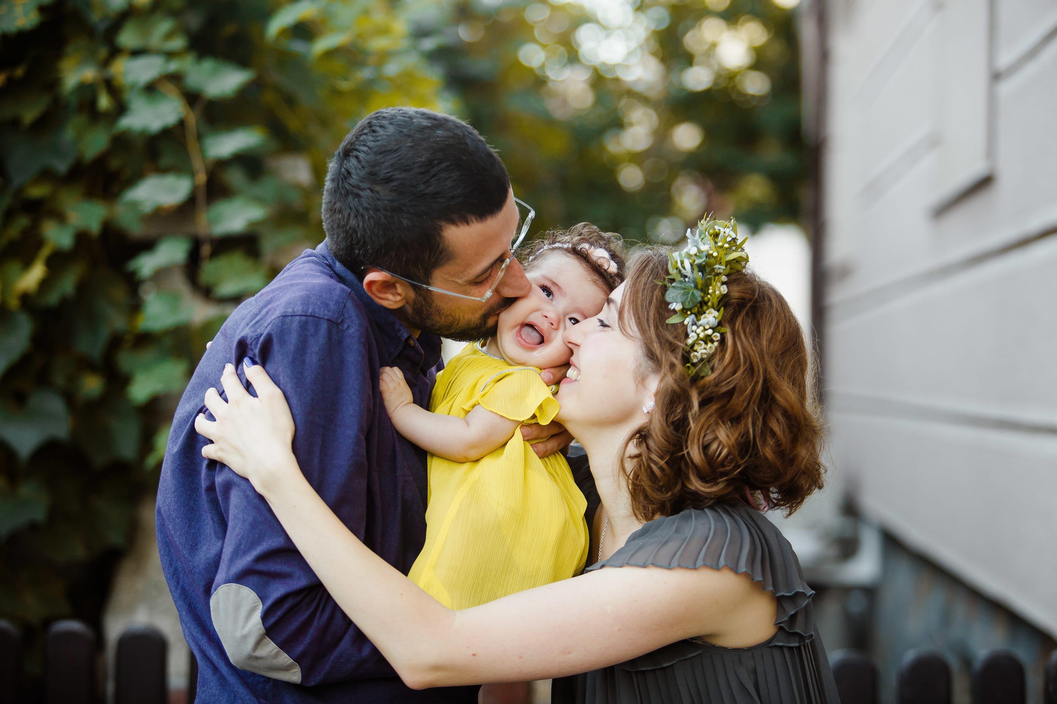 Kleines Kind mit Eltern beim Fotoshooting in Berlin mit Donna Bellini Fotografue fuer Natuerlichkeit