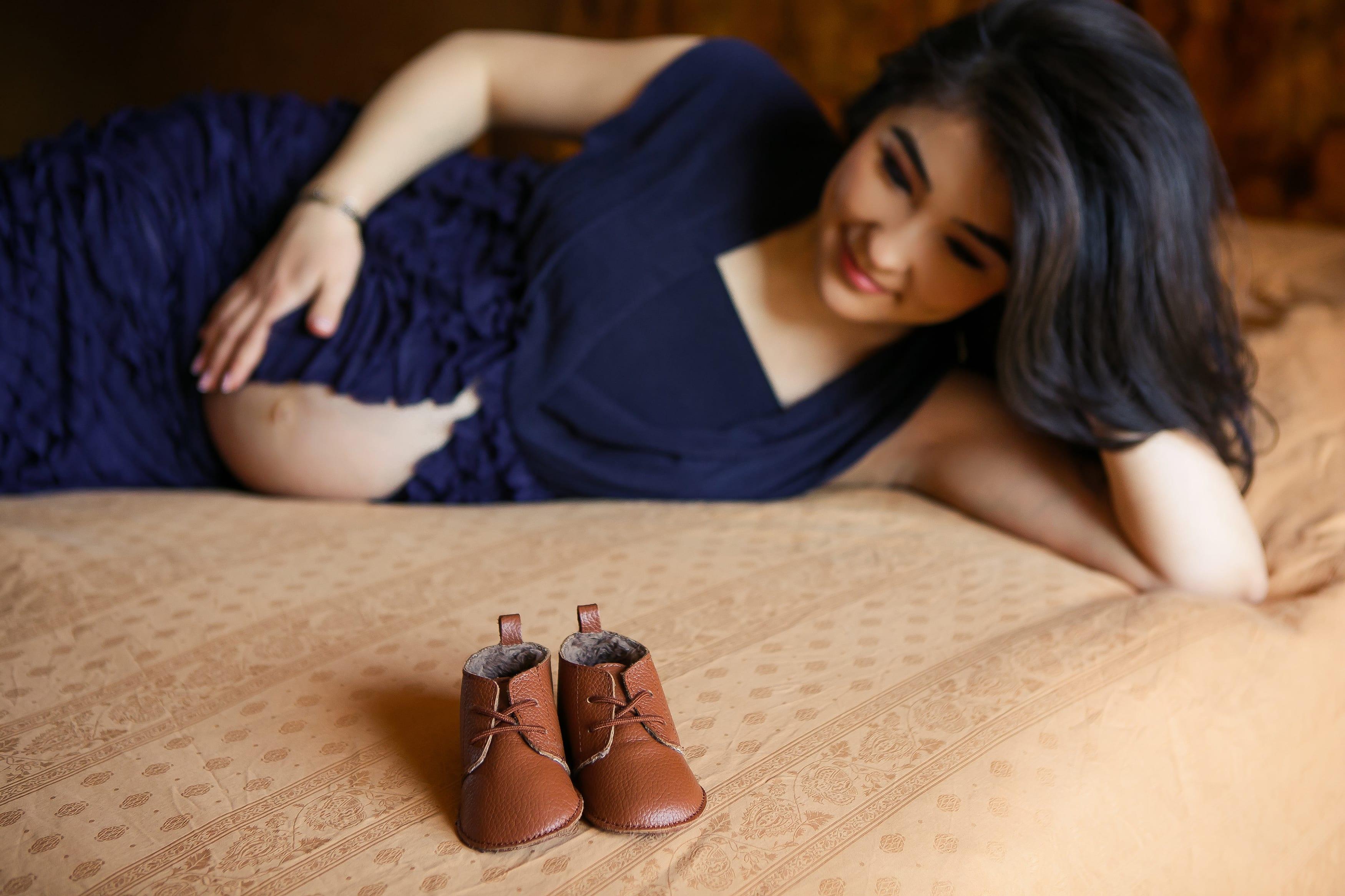 Romantisches Schwangerschaftsshooting Bett Berlin zu Hause