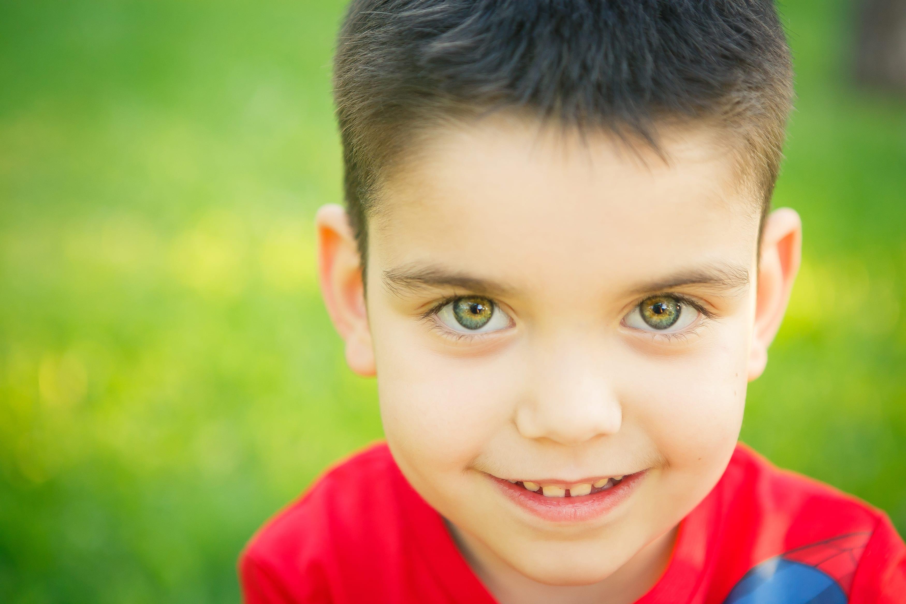 kleiner junge beim Fotoshooting