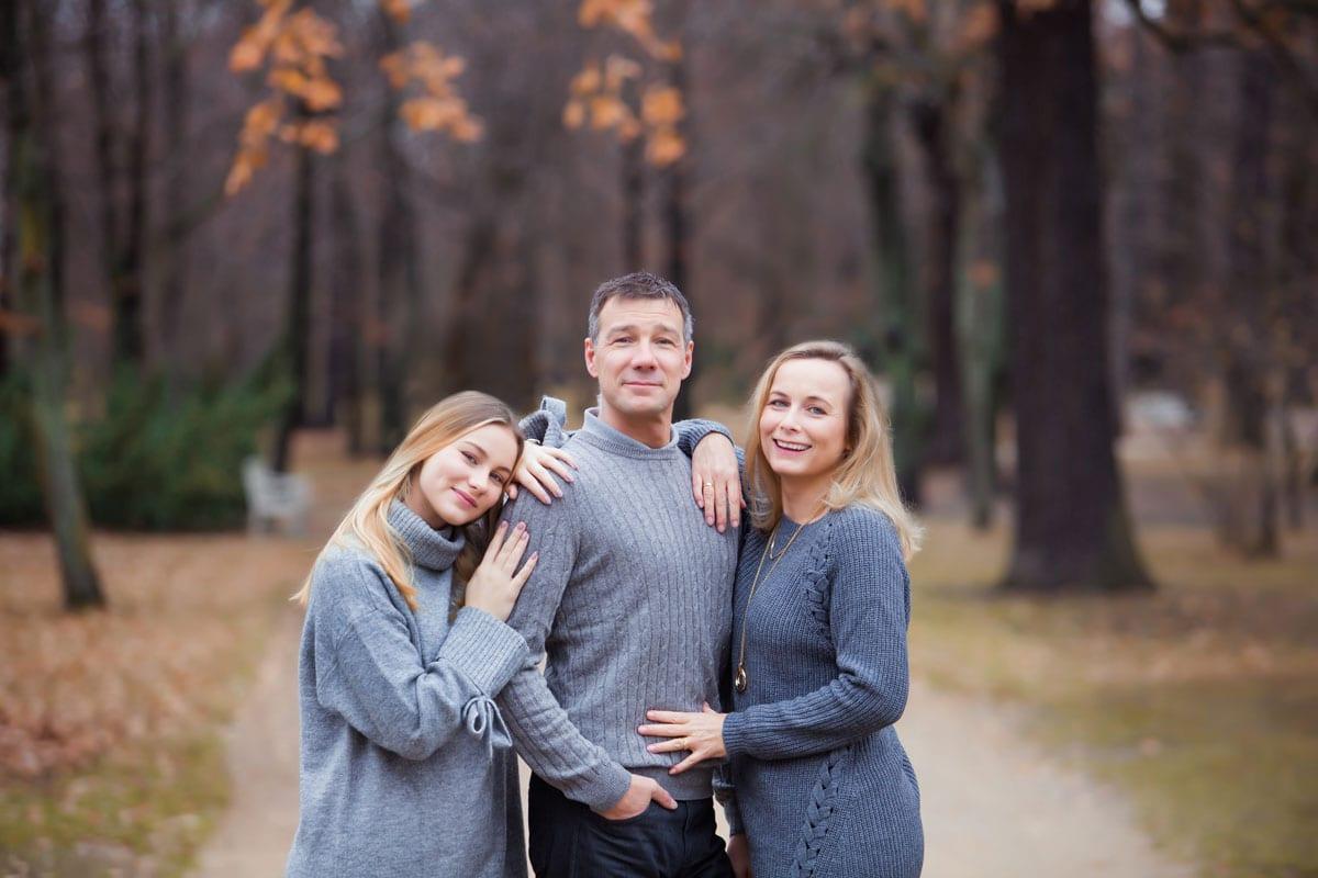 Mann Frau und Tochter posieren im Wald beim Outdoor-Fotoshooting mit Donna Bellini Photo Studio Berlin