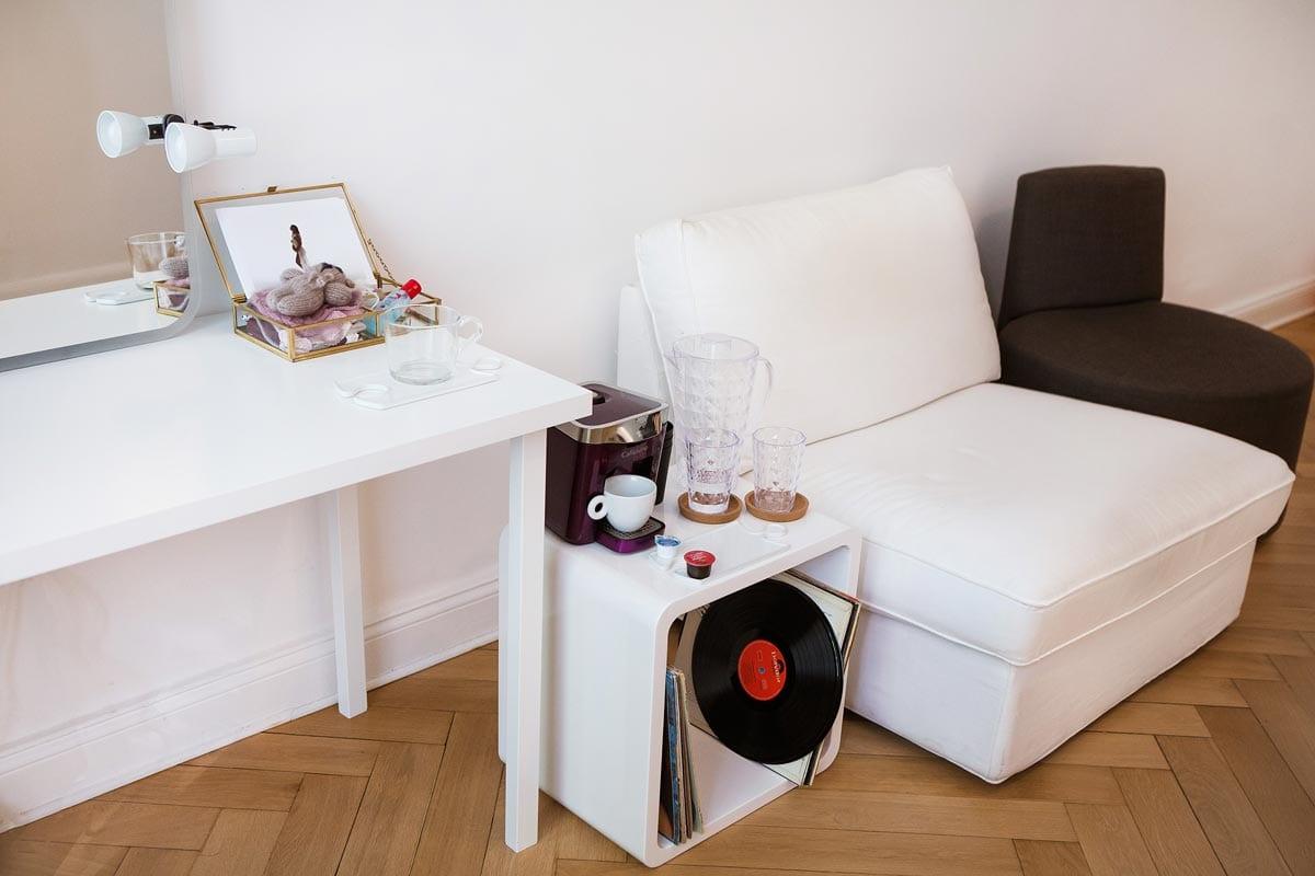 Larisa Fotostudio Donna Bellini schwangerschaft Fotografie Charlottenburg Tisch Sessel und Schallplatten