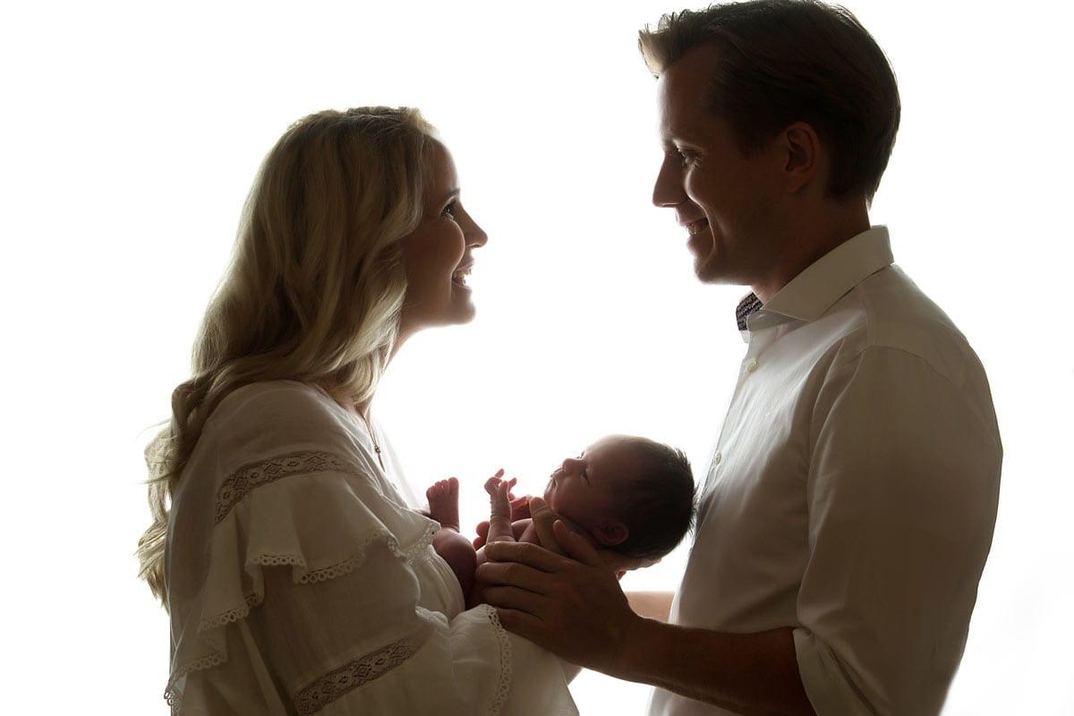 Newborn Shooting Berlin Eltern halten Neugeborene in Licht und Schatten
