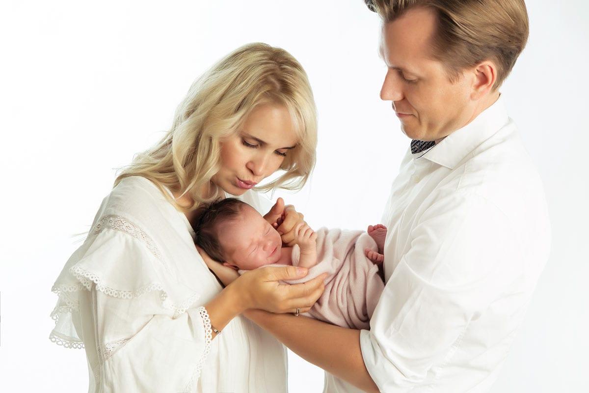 Newborn Shooting Berlin Mutter und Vater halten Neugeborene